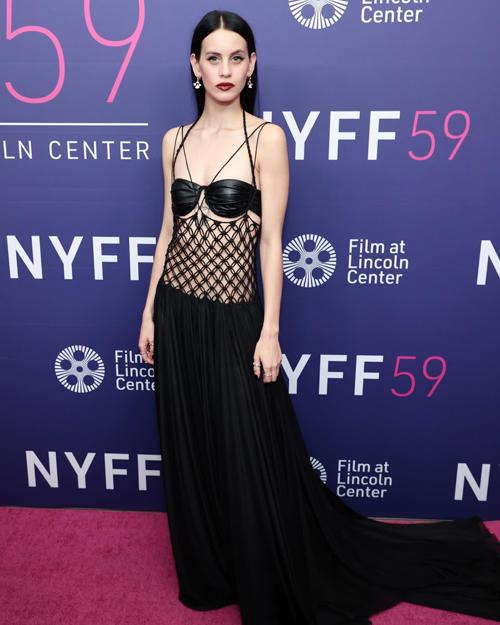 Trên thảm đỏ sự kiện Liên hoan phim New York năm 2021, nữ diễn viên Milena Smit gây sức hút với trang phục đan kết thủ công đến từ nhà mốt Việt.