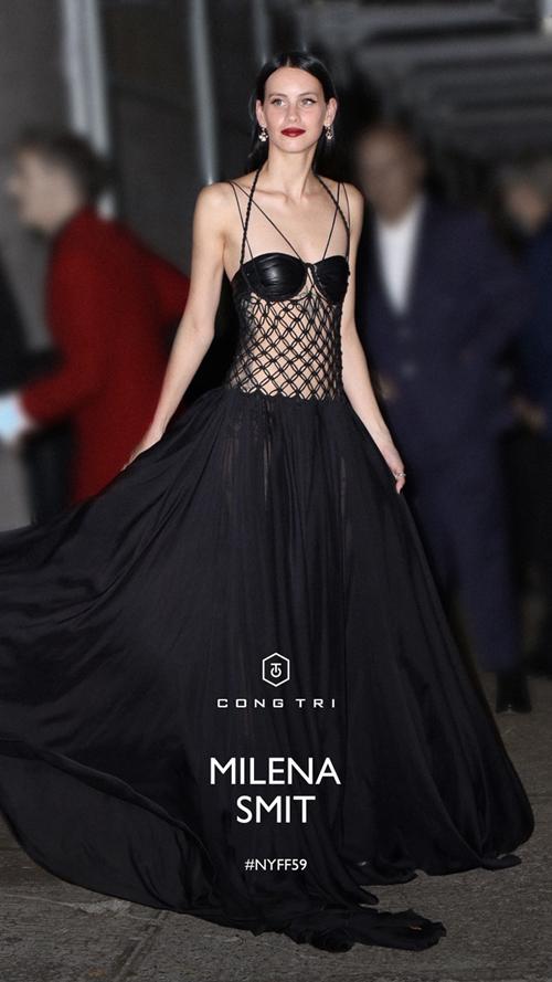 Mẫu đầm đen được thiết kế trên nền chất liệu tơ lụa cao cấp. Chiếc áo lưới xuyên thấu thể hiện kỹ nghệ đan móc thủ công đặc trưng của thương hiệu Công Trí. Chiếc bra da được kết hợp đồng điệu về sắc màu để mang tới tổng thể hoàn hảo cho nữ diễn viên.