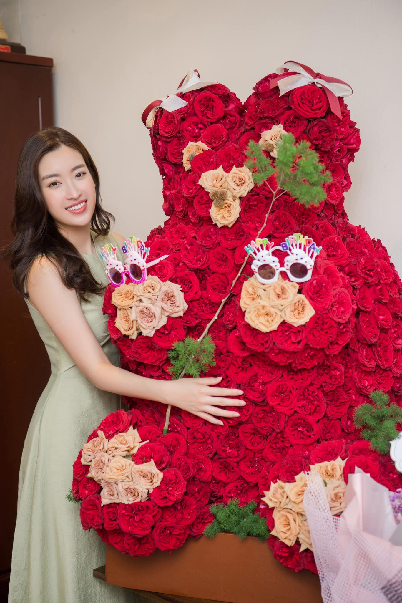 Tại nhà, Đỗ Mỹ Linh còn nhận được một chú gấu kết bằng hoa hồng.