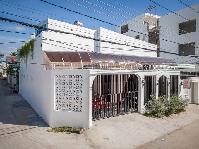 Công trình ở Nha Trang, Khánh Hòa có tổng diện tích 180 m2 dành cho cặp vợ chồng và hai con gồm: một phòng khách, hai phòng ngủ, một bếp và ba WC.