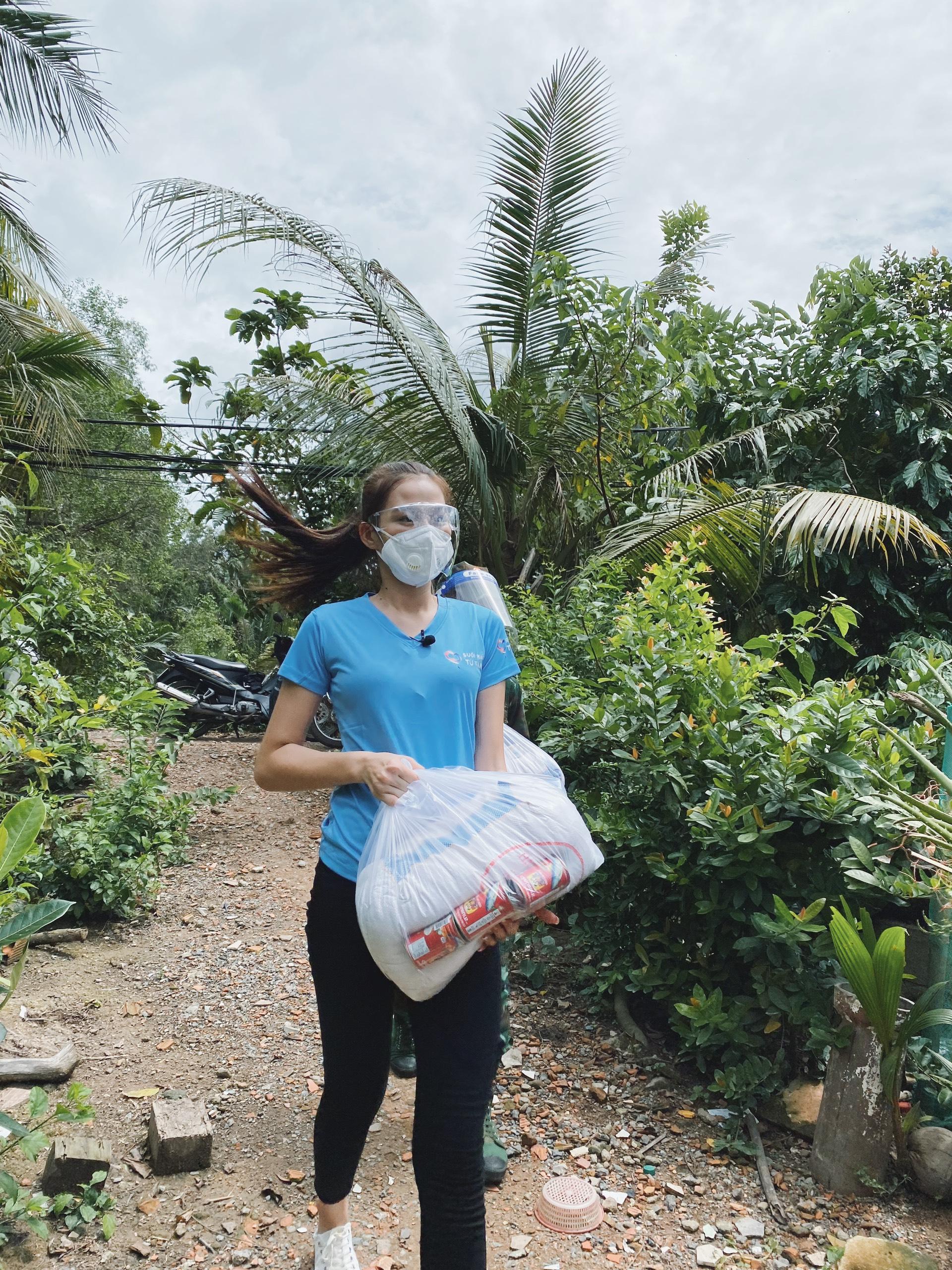 Hoa hậu Đỗ Thị Hà cứu trợ người nghèo - 2