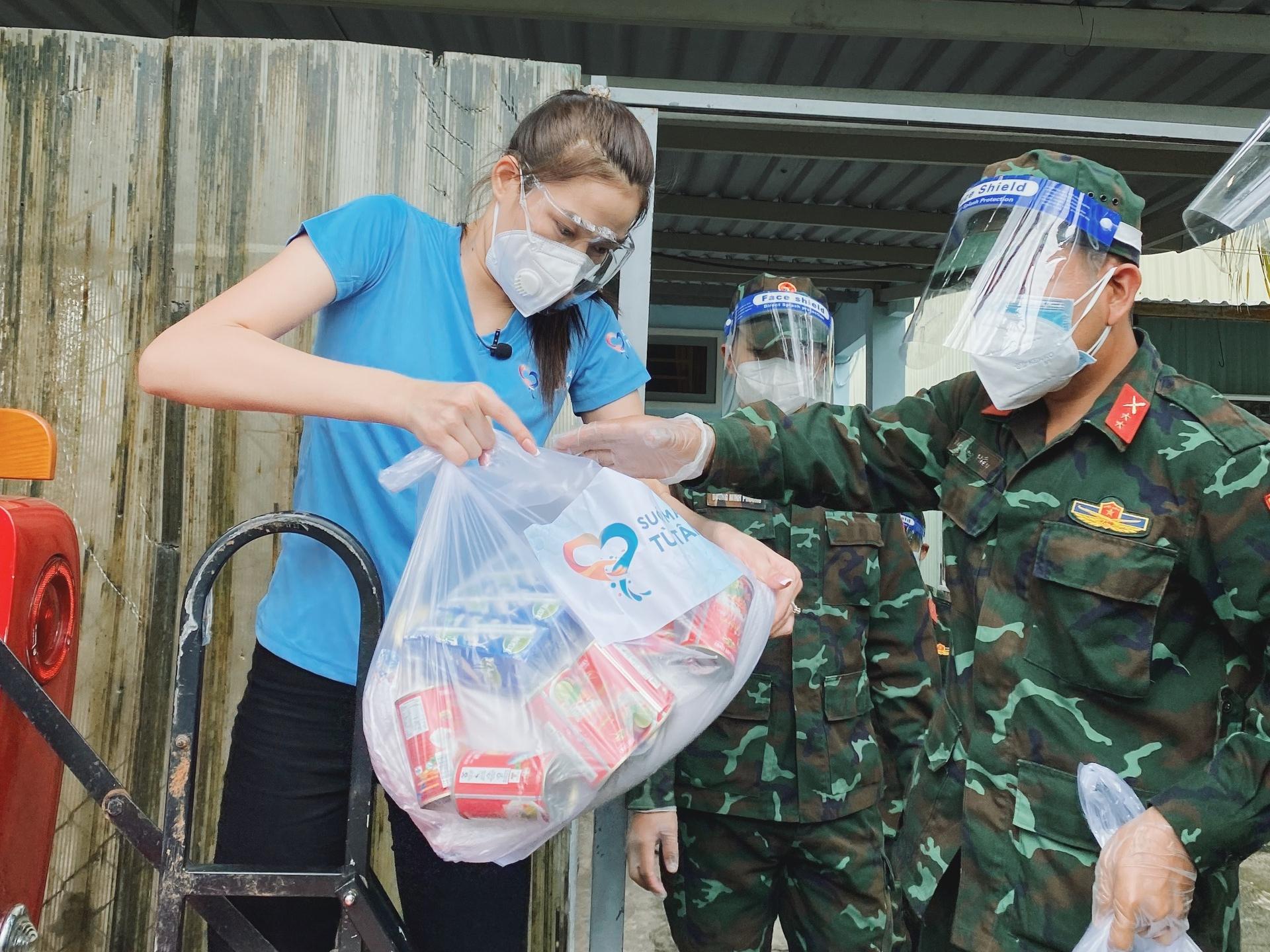 Hoa hậu Đỗ Thị Hà cứu trợ người nghèo - 1