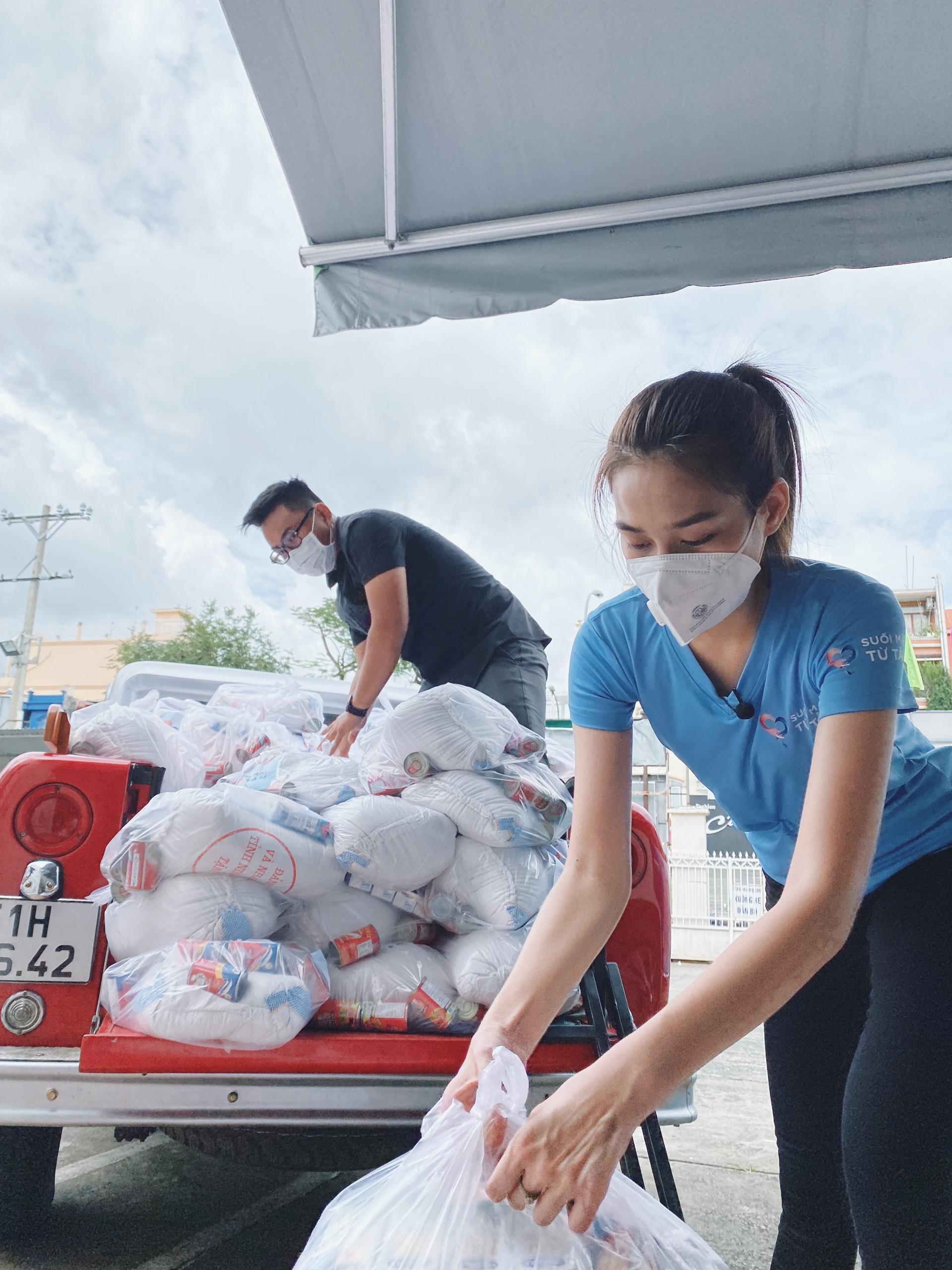 Hoa hậu Đỗ Thị Hà cứu trợ người nghèo