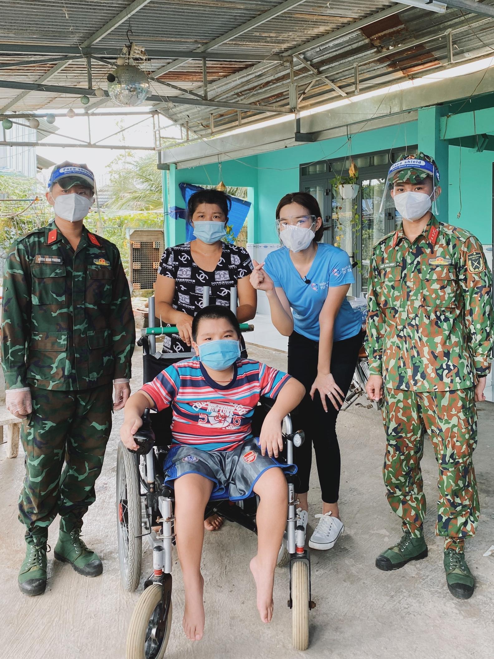 Hoa hậu Đỗ Thị Hà cứu trợ người nghèo - 6