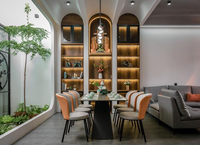 Nhóm KTS đưa vào các đường cong cho hệ cửa, trần và tường để tạo điểm nhấn, giúp tổng thể không gian ấm cúng và mềm mại hơn.