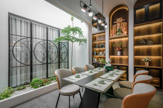 Phòng khách, bếp và khu vực ăn được thiết kế theo không gian mở.