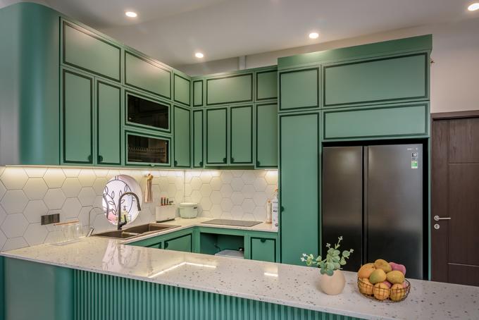 Bên cạnh đó, họ thích có các mảng xanh, một gian bếp thật đẹp với tông màu này theo ý muốn của nữ chủ nhà, đại diện nhóm cho hay. Bếp có hệ tủ gỗ với sắc xanh chủ đạo. Mặt bếp sử dụng đá terrazo.