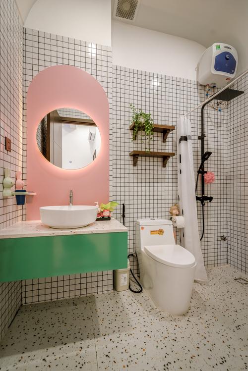 Ba phòng WC đều tông có tông trắng chủ đạo, tường và sàn ốp gạch chống trơn trượt và dễ vệ sinh.