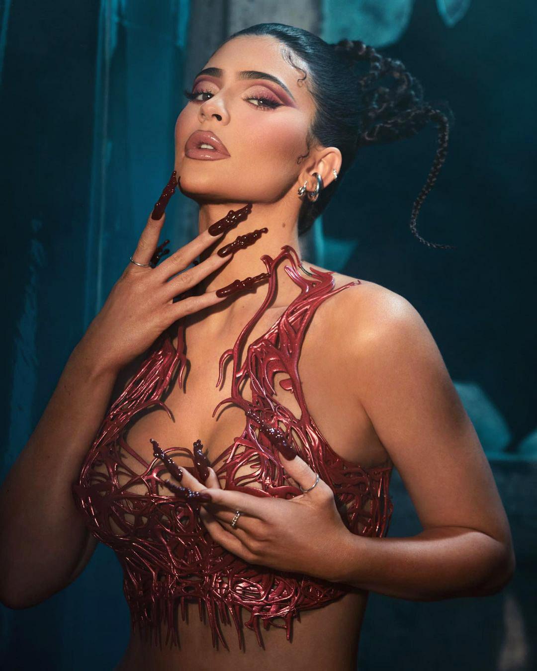 Áo corset 3D của Kylie Jenner mô phỏng mạch máu