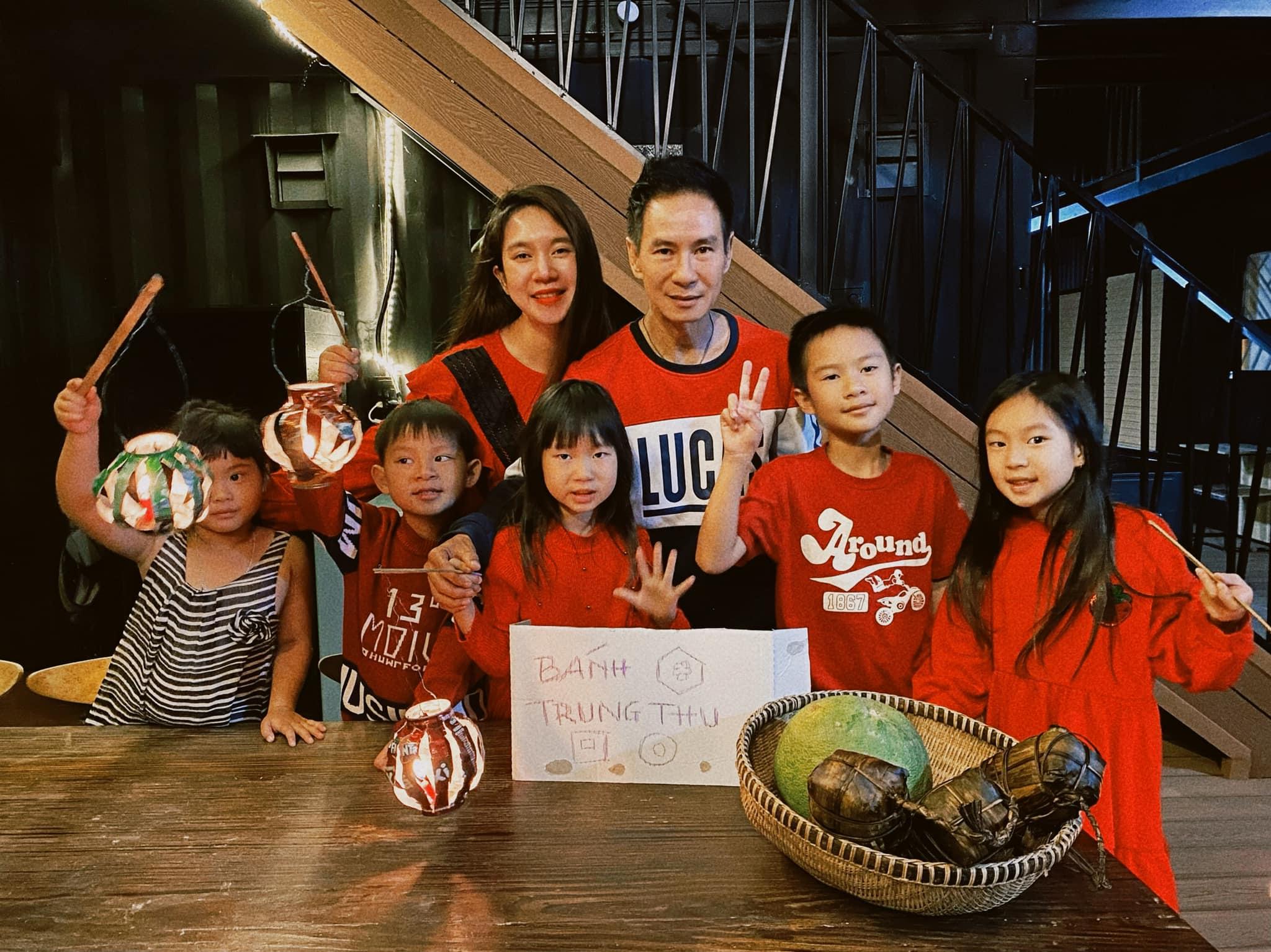 Những chiếc đèn bằng vỏ lon từng gắn bó với nhiều thế hệ trẻ em nông thôn Việt Nam thời kinh tế khó khó khăn nay trở thành món quà đặc biệt Lý Hải dành tặng các con trong bối cảnh dịch bệnh. Cả bốn nhóc tỳ đều hào hứng rước đèn dưới ánh trăng Trung thu trong rừng.