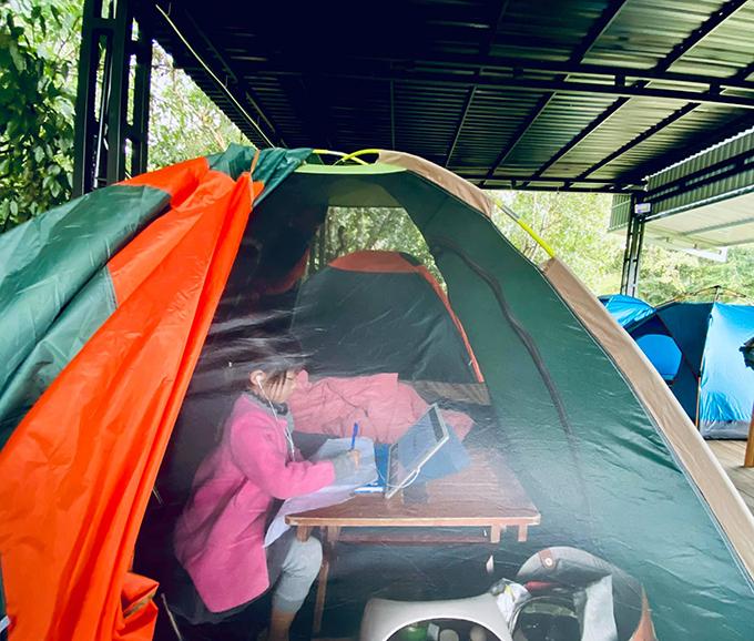 Vợ chồng Lý Hải - Minh Hà khiến cuộc sống thôn quê của các con thêm thú vị bằng cách thỉnh thoảng tổ chức cắm trại tại nhà.