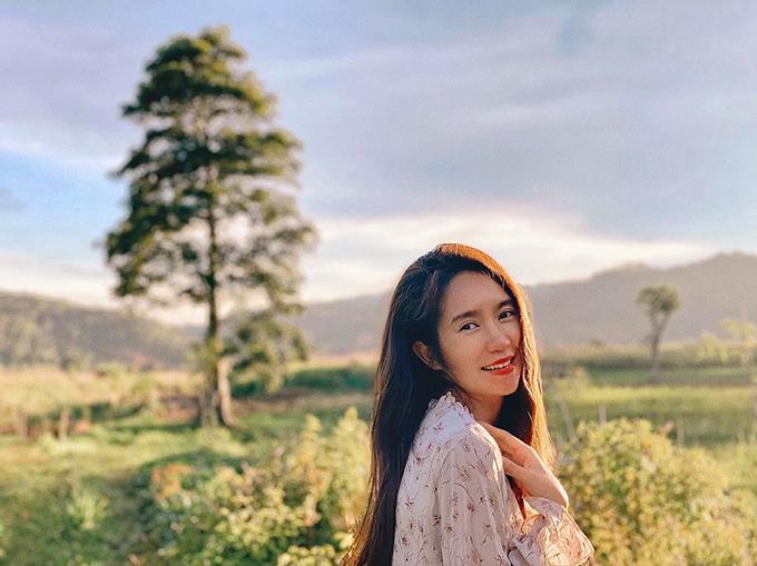 Không gian thơ mộng quanh nhà tạo cảm hứng cho Minh Hà thực hiện một số bộ ảnh. Cô hạnh phúc khi tận hưởng những ngày tháng bình yên bên chồng, con.