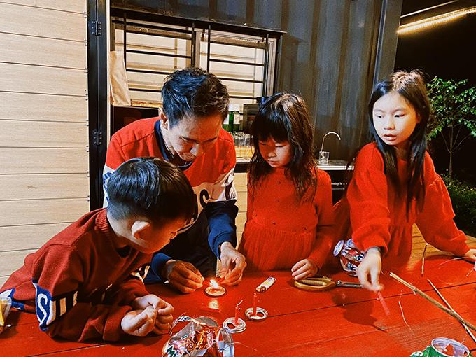 Trung thu vừa qua, Lý Hải tự tay làm đèn lồng bằng vỏ lon cho các con. Cả nhà cùng nhau phá cỗ trái cây và bánh tét rồi đi rước đèn trong rừng. Đó cũng là Tết Trung thu đặc biệt nhất của nhà đạo diễn.