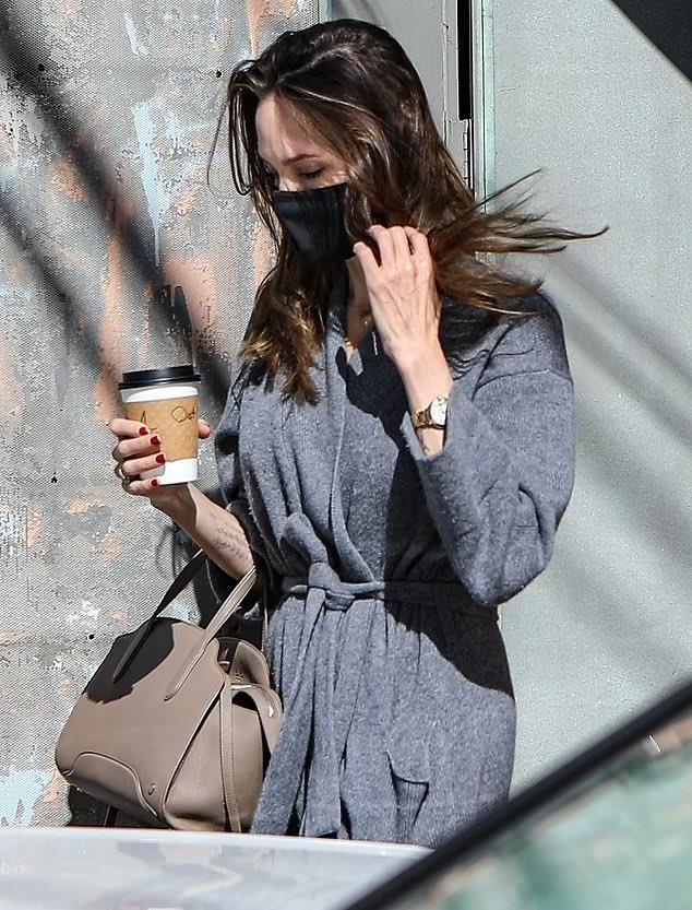 Một ngày trước đó, Angelina Jolie ra phố uống cafe một mình.