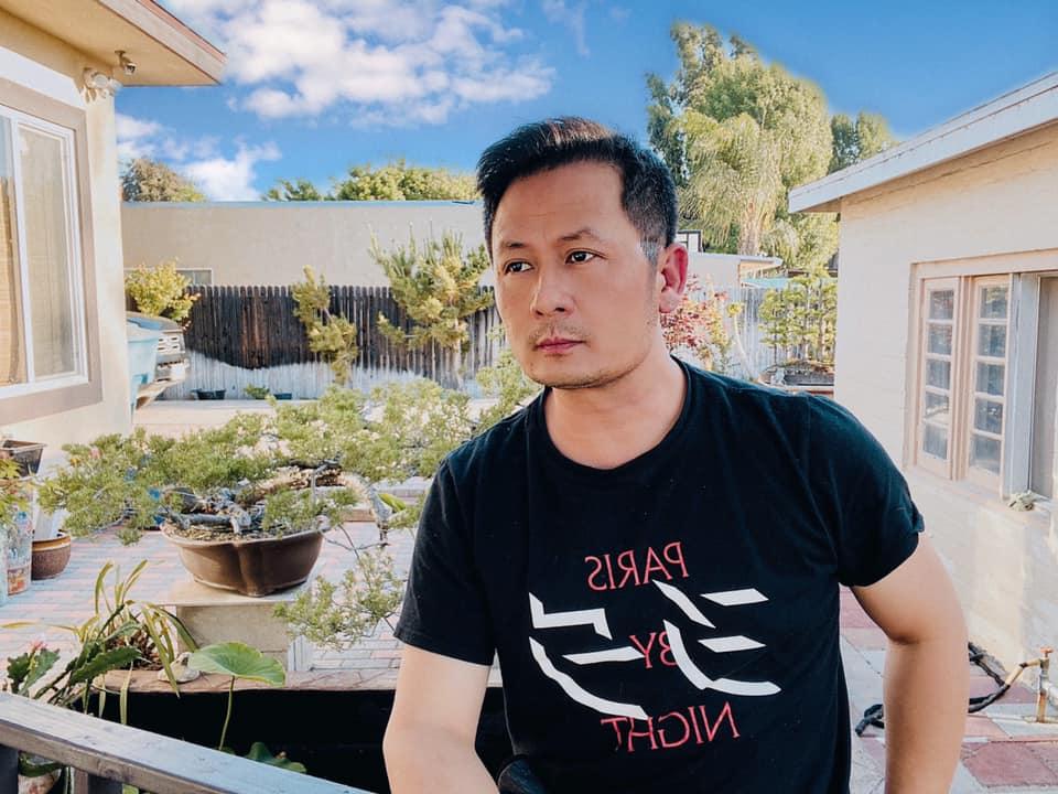 Hiện Bằng Kiều sinh sống với mẹ ruột - nghệ sĩ chèo Lưu Nga. Thỉnh thoảng, vợ cũ anh - ca sĩ Trizzie Phương Trinh - đưa các con sang thăm bà nội và bố.