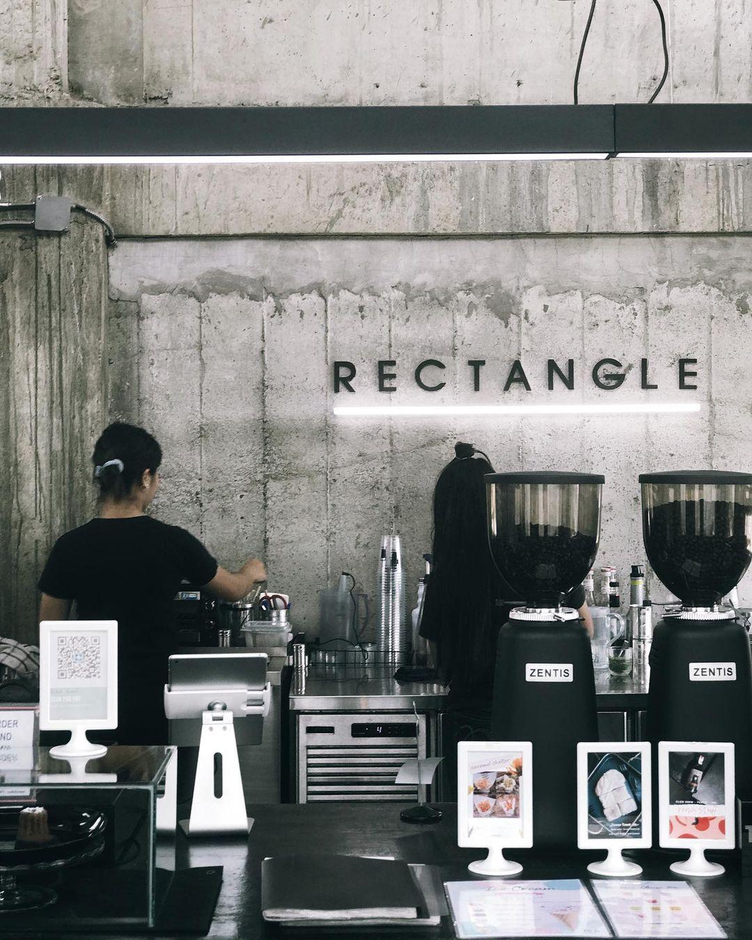 Từ xa, du khách đã có thể nhận ra quán cà phê nổi bật. Bước qua cánh cửa kim loại, bạn ngay lập tức được chào đón bởi không gian ngập tông màu xám, hệ thống dây điện lộ ra tương phản với nội thất hiện đại, ánh đèn neon và máy pha cà phê, tạo nên không gian thú vị. Ảnh: Instagram fluke_jesz