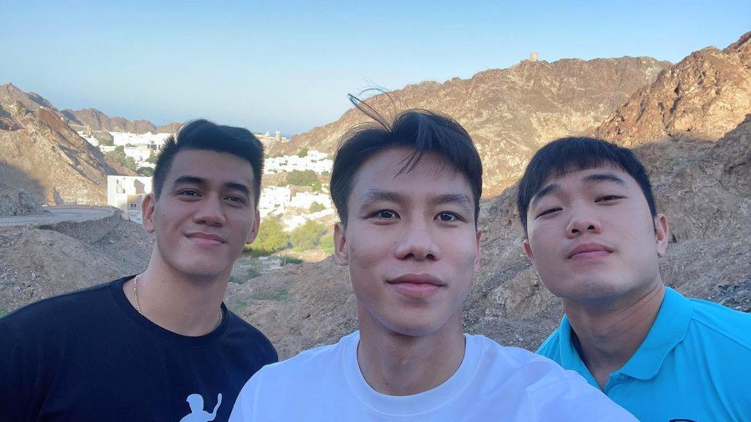 Quế Ngọc Hải cùng Xuân Trường và Tiến Linh selfie trên đường đi tham quan Oman. Ảnh: Facebook Quế Ngọc Hải