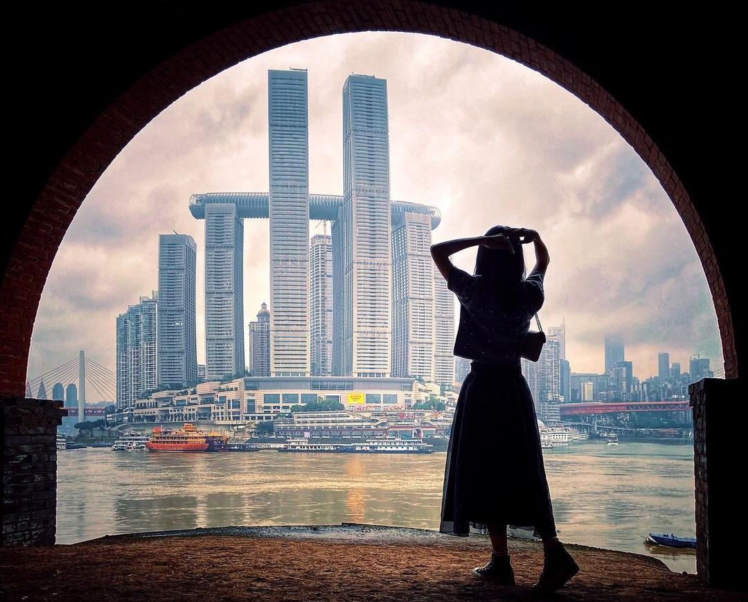 Đối diện Chaotianmen là cảnh đô thị phồn hoa của Trùng Khánh - một trong những thành phố phát triển nhất của đất nước tỉ dân. Mỗi chiều, giới trẻ thích kéo nhau ra đây hóng gió ngắm cảnh. Thực tế, nước sông ở đây luôn có hai màu khác nhau, nhưng rõ rệt nhất vào mùa hè. Sang thu đông, lượng mưa lớn khiến nước sông Gia Lăng đục hơn. Du khách phải nhìn kĩ mới phân biệt được. Ảnh: Instagram kamsze5897