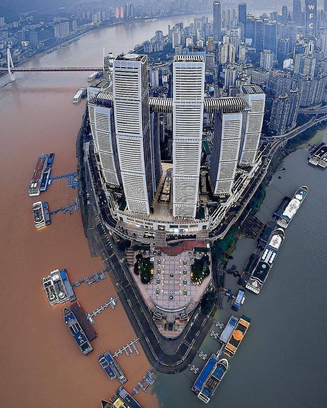 Bến tàu Chaotianmen (Cổng hướng lên trời) ở thành phố Trùng Khánh, Trung Quốc trở thành điểm thu hút dân mê săn ảnh vì là nơi giao nhau của sông Dương Tử và sông Gia Lăng. Màu của hai dòng sông khác nhau rõ rệt. Sông Dương Tử (hay còn gọi là là sông Trường Giang) dài nhất châu Á, mang nặng phù sa nên có màu vàng nâu. Còn nước sông Gia Lăng trong xanh hơn. Quảng trường Chaotianmen ngay bến tàu là địa điểm tốt nhất để ngắm hai con sông hợp lưu.