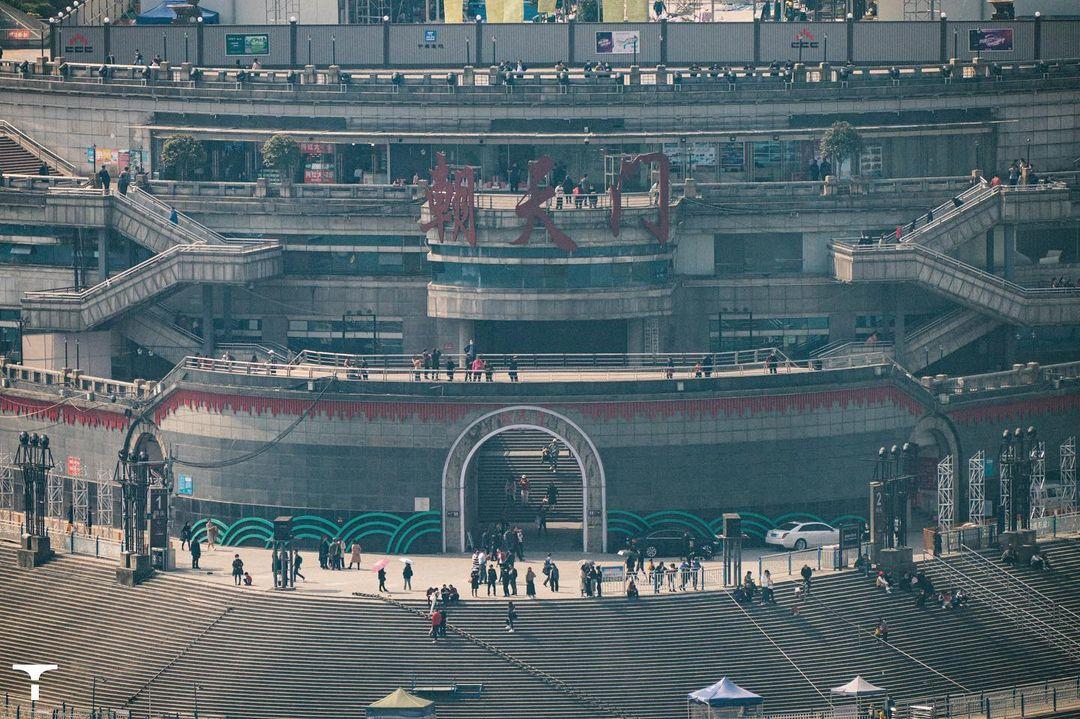 Địa hình của khu này cao ở giữa, thấp dần hai bên. Chaotianmen là cổng lớn nhất trong 17 cổng thành tại Trùng Khánh, được xây dựng vào đầu thời nhà Minh. Thời xưa, đây là nơi nhận sắc lệnh của triều đình. Do đó, nó được đặt tên là Chaotianmen, có nghĩa: Cổng hướng lên trời.Trải qua hàng trăm năm thăng trầm lịch sử, quảng trường Chaotianmen - công trình mới nhất ở cảng Chaotianmen trở thành nơi tốt nhất để thưởng ngoạn cảnh đôi bờ và nhìn ra nơi giao nhau của sông Dương Tử và sông Gia Lăng.