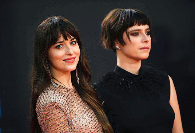 Bộ phim từng tranh giải tại Liên hoan phim Venice (Italy) hồi tháng 9 và giành giải Kịch bản xuất sắc. Phim do nữ diễn viên Maggie Gyllenhaal viết kịch bản và đạo diễn.