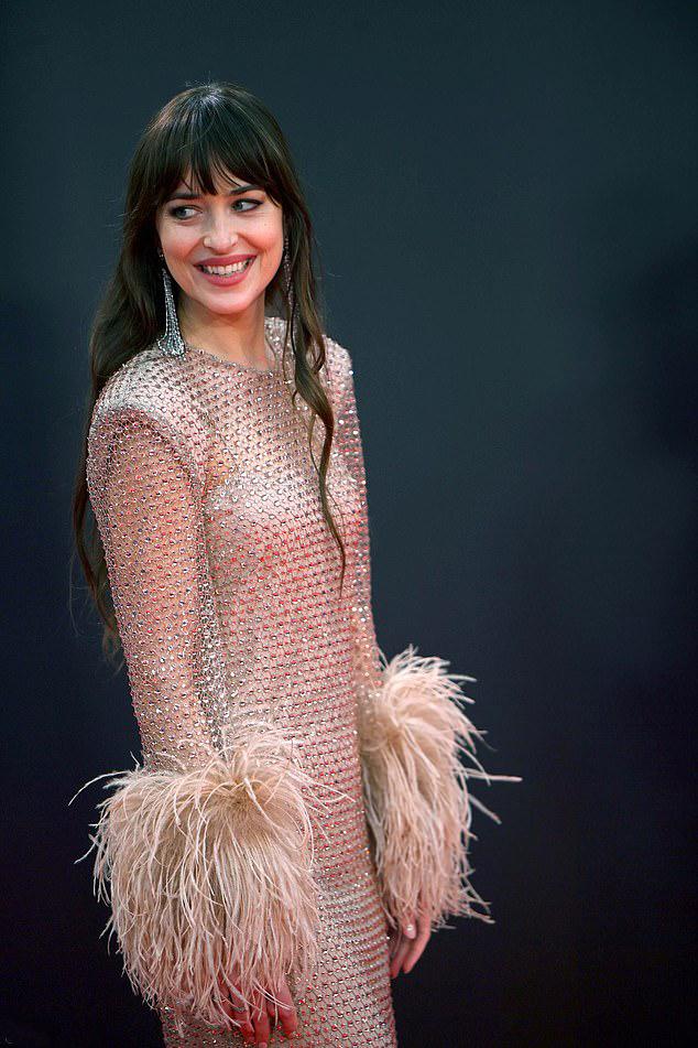 Dakota Johnson đang bận rộn quảng bá phim The Lost Daughter, trong đó cô đóng vai chính cùng Jessie Buckley, Olivia Colman...