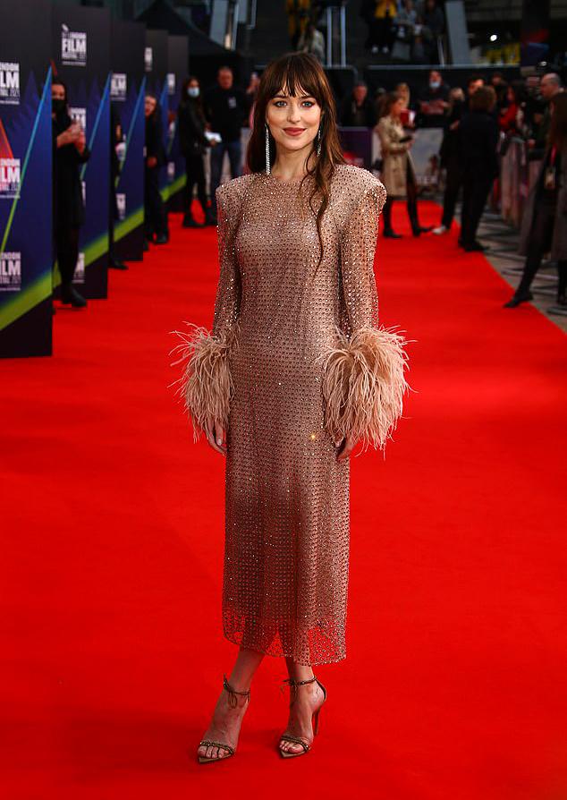 Cô tạo dáng một mình trên thảm đỏ, thu hút sự chú ý với nhan sắc khả ái và phong cách duyên dáng.