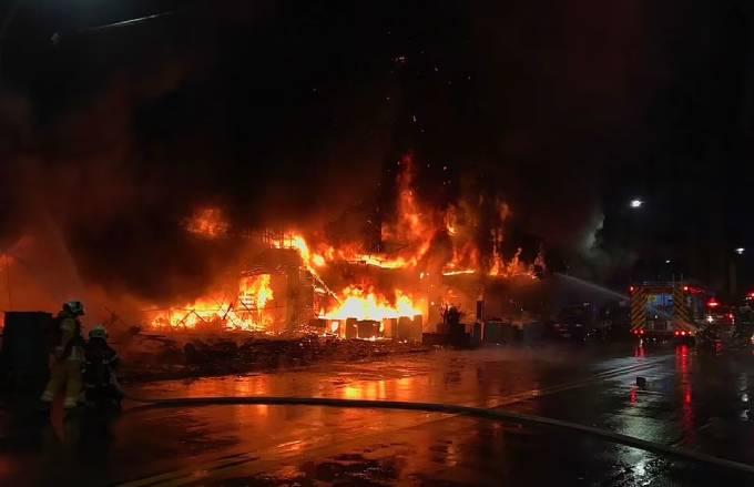 Lửa bao trùm tòa nhà 13 tầng ở thành phố Cao Hùng nửa đêm về sáng 14/10.  Ảnh: AFP