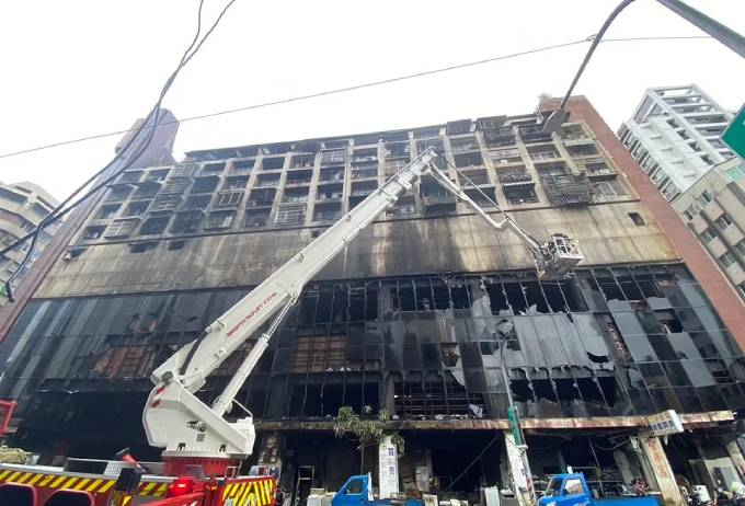 Các tầng dưới của tòa nhà bị thiêu trụi sau vụ hỏa hoạn. Ảnh: AFP