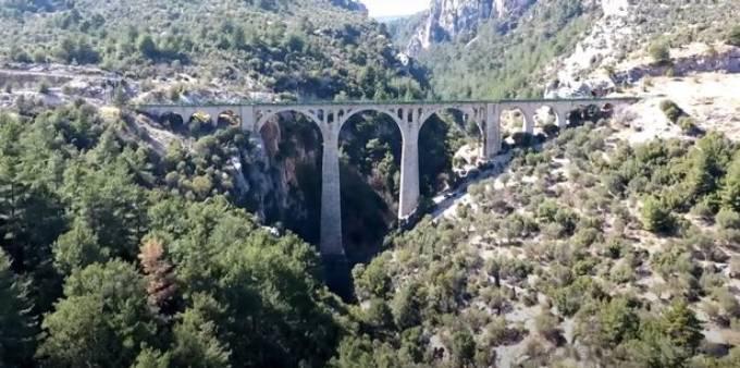 Cầu Varda Viaduct xuất hiện trong cảnh mở màn tập phim Skyfall về James Bond năm 2012. Ảnh: Newsflash