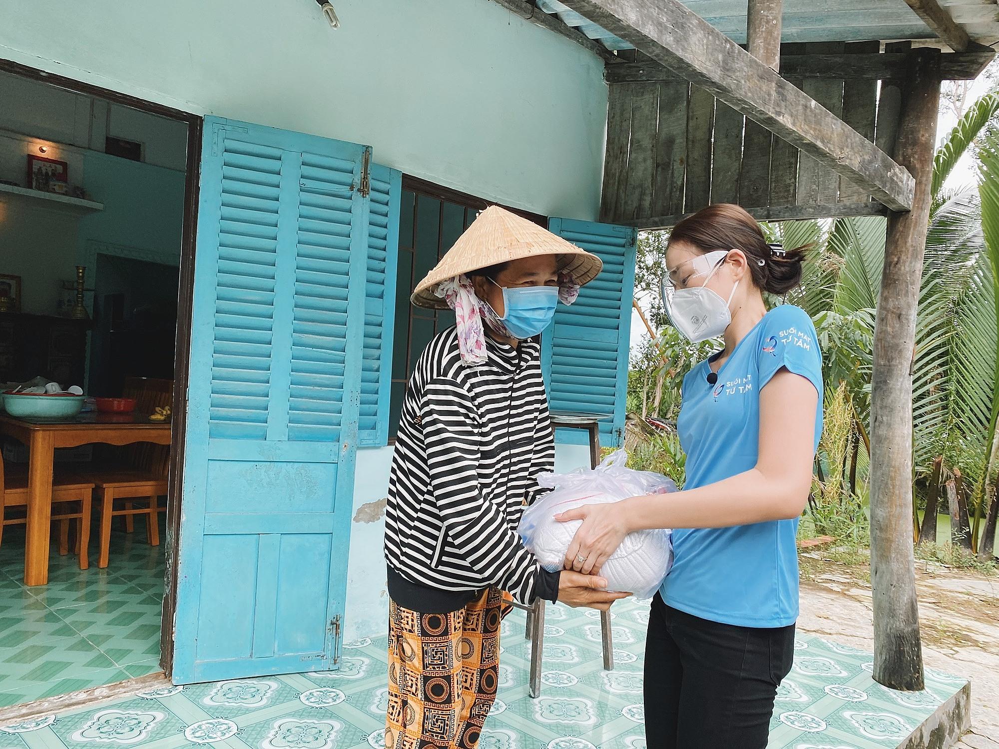 Hoa hậu Đỗ Thị Hà cứu trợ người nghèo - 3
