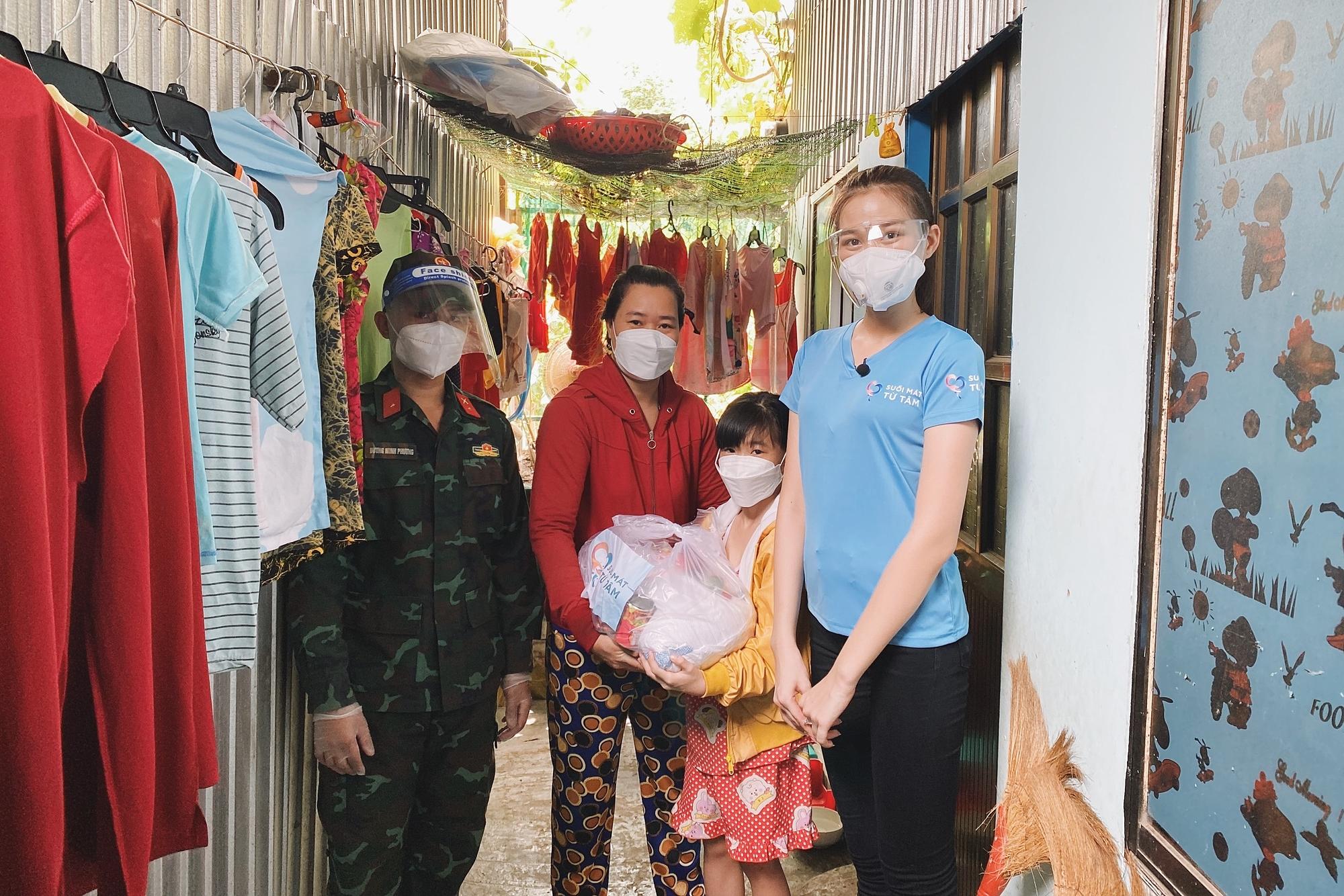 Hoa hậu Đỗ Thị Hà cứu trợ người nghèo - 4