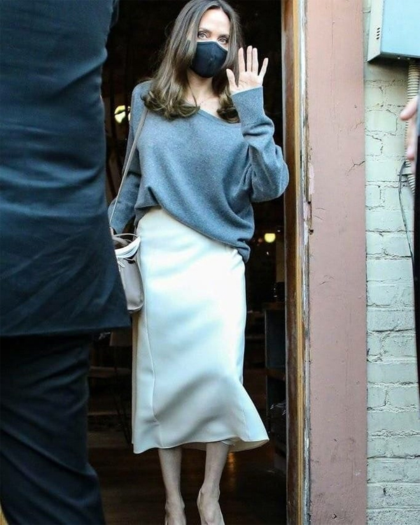Nữ diễn viên mặc đơn giản mà phong cách giữa tiết trời mùa thu với áo len trễ vai kết hợp chân váy dài.