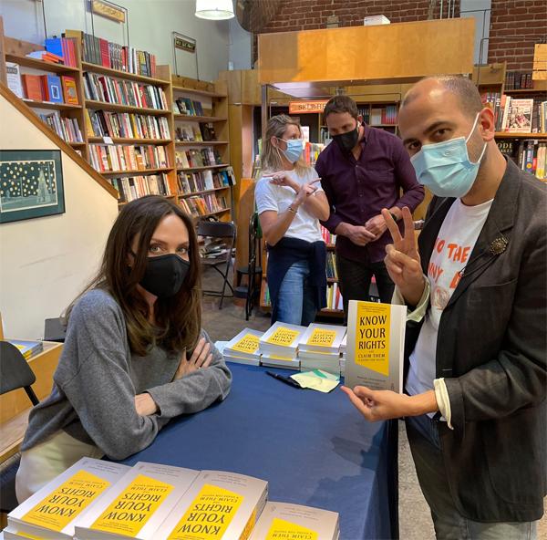Angeline không quảng bá rộng rãi về buổi giao lưu này nên nhiều người bất ngờ khi gặp minh tinh trong tiệm sách hôm thứ tư. Họ chia sẻ hình ảnh trên mạng xã hội và khen ngợi sự thân thiện của nữ diễn viên Hollywood.