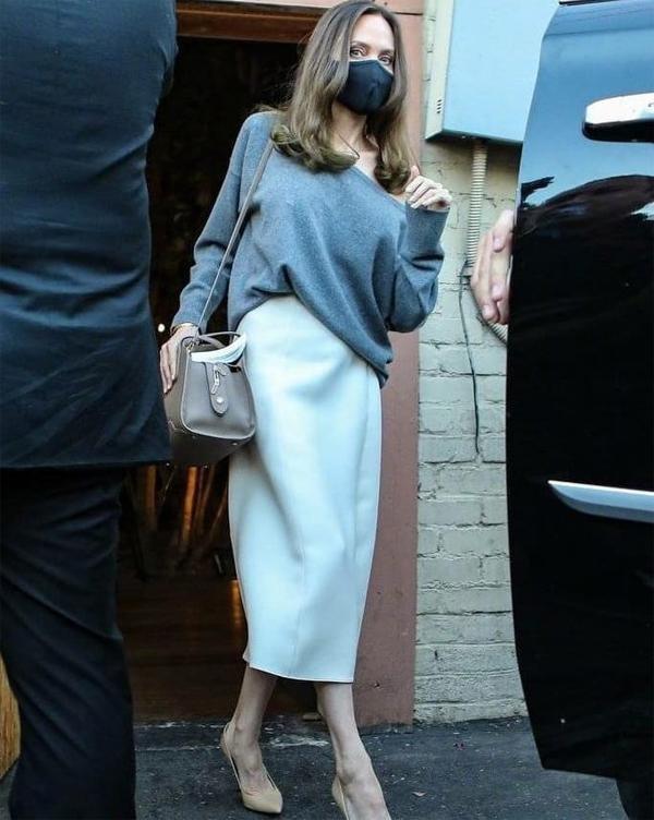 Sau buổi chiều ngồi ký tặng và chụp hình trong cửa hàng sách, Jolie lên xe ra về.