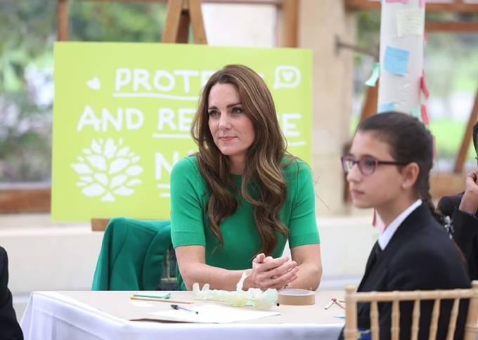 Kate chăm chú khi lắng nghe ý tưởng bảo vệ trái đất của một em học sinh tại sự kiện Generation Earthshot.