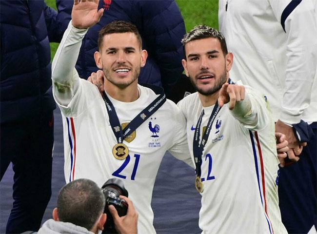 Lucas Hernandez (trái) và em trai Theo Hernandez sau chung kết UEFA Nations League hôm 11/10. Ảnh: AFP