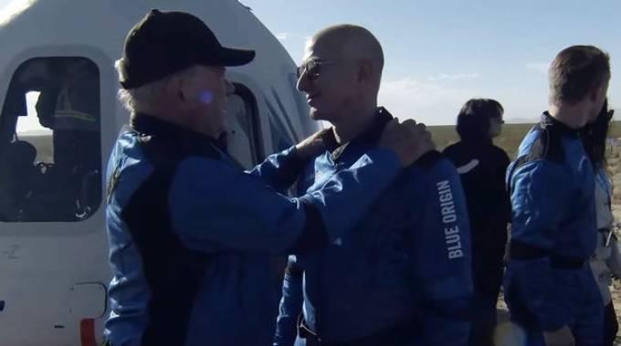 Tỷ phú Jeff Bezos chúc mừng WIlliam Shartner khi ông trở về trái đất sau chuyến bay lên không gian hôm 13/10. .Ảnh: Rex