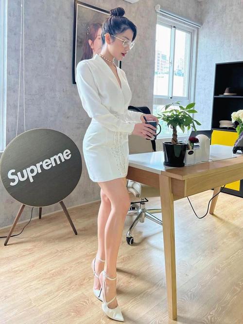 Những mẫu đầm đơn sắc vừa vặn hình thể, đồng điệu cùng trào lưu ăn mặc mới được Diệp Lâm Anh sử dụng khi đến văn phòng.