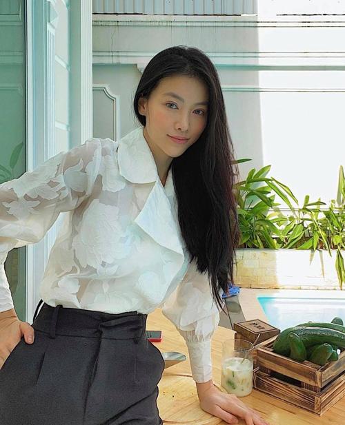 Sơ mi, quần âu màu đơn sắc là hai trang phục quen thuộc của Phương Khánh khi tham gia các buổi họp.