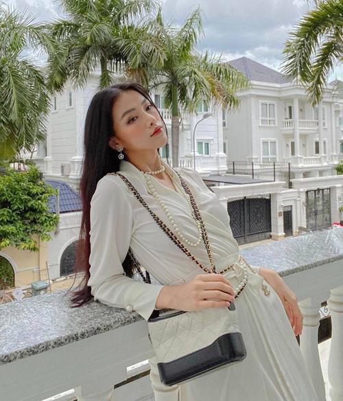 Bên cạnh việc tận dụng trang phục trắng - đen, Phương Khánh cũng chọn thêm giày, túi hiệu để phối đồ sang trọng khi gặp gỡ các đối tác.