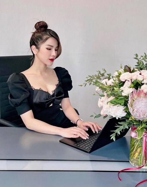 Trang phục đi làm của Diệp Lâm Anh gợi nhớ hình ảnh sành điệu của các quý cô công sở trên phim Hàn Quốc.