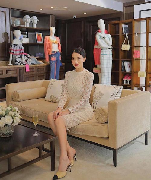 Trang phục đi làm của Phương Khánh được biến hóa linh hoạt để phù hợp với từng bối cảnh, tính chất công việc.