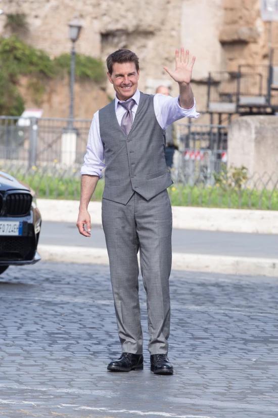 Tom Cruise vẫy tay chào người hâm mộ ở Rome khi tới đây đóng phim năm 2020.