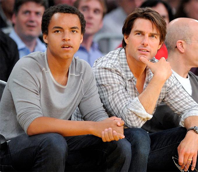 Tài tử và cậu con trai nuôi Connor Cruise xem bóng rổ ở Los Angeles năm 2010.