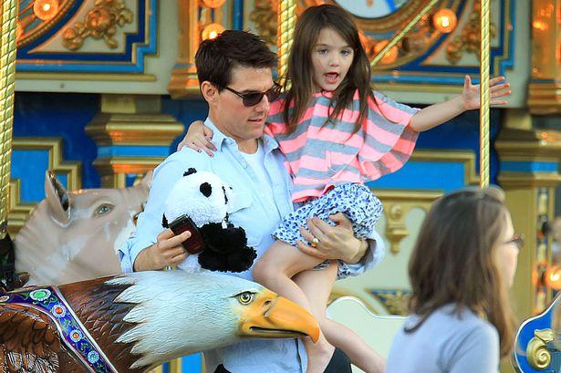 Cruise đi chơi công viên với con gái ruột Suri Cruise năm 2011.