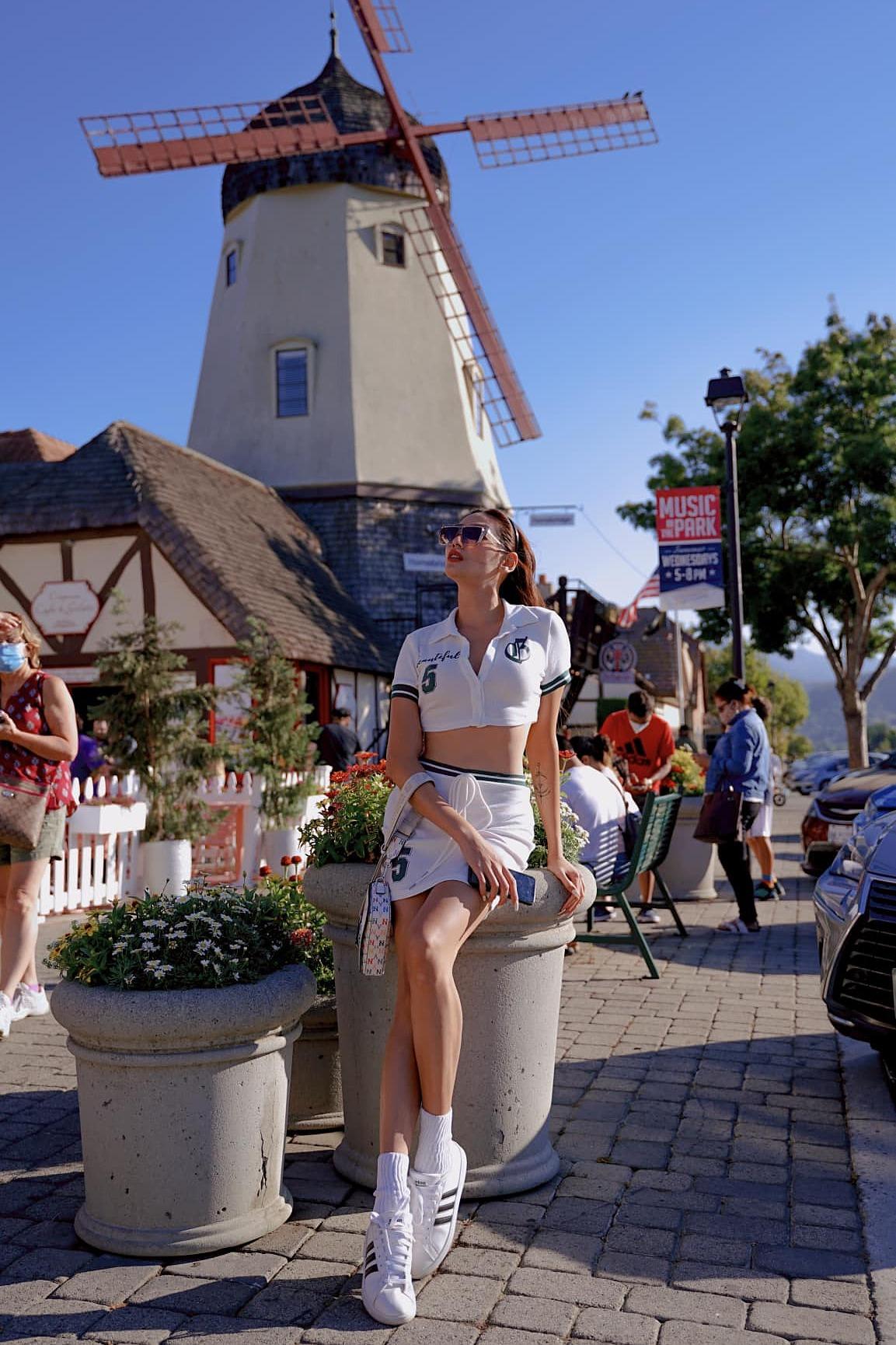 Thời gian đầu, người đẹp chủ yếu thăm thú các danh thắng ở bang California nơi cô sinh sống như bãi biển Laguna tại hạt Orange, thác Burney ở hạt Shasta hay thành phố Solvang - nơi được mệnh danh là Bắc Âu giữa lòng đất Mỹ với những tòa nhà cổ kính mang kiến trúc Đan Mạch cổ điển. Khi có nhiều thời gian, siêu mẫu cùng bạn trai tới các tiểu bang khác để du lịch.